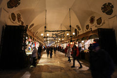 Sukiennice a Cracovia con molta gente fotografia stock
