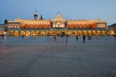 Sukiennice en el cuadrado principal de Kraków en la noche Imagen de archivo libre de regalías