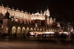 sukiennice för korridorkrakow natt Royaltyfri Bild