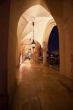 Sukiennice kolumnada przy nocą w Krakow obraz stock