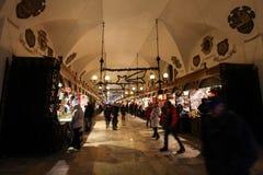 Sukiennice in Krakau met heel wat mensen stock fotografie