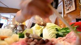 Sukiyaki oder Shabu Shabu oder heißer Topf im Restaurant stock footage