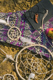 Sukni, dreamcatcher i książki lying on the beach na suchym lądzie, Modnisia styl Obrazy Stock