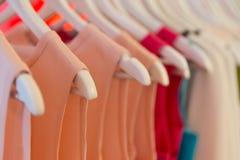 Suknie na odzieżowych wieszakach Obraz Stock