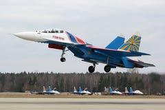 Sukoi Su-30SM 32 BLÅTT av det ryska riddarekonstflygninglaget av ryskt flygvapen under Victory Day ståtar repetition Arkivbild