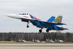 Sukoi su-30SM 32 BLAUW van het Russische team van Ridderskunstvliegen van Russische Luchtmacht tijdens Victory Day-paraderepetiti Stock Fotografie