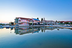 Sukosan亚得里亚海的村庄江边视图 免版税库存图片