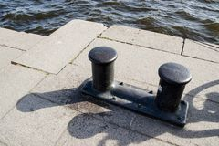 Sul bacino al porto vecchio ghisa che attracca le bitte sul granito immagine stock libera da diritti