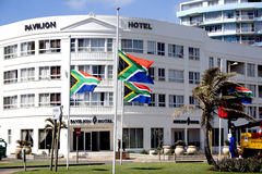 Sul - bandeiras africanas que voam na meia haste Foto de Stock Royalty Free