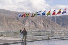 Sul - bandeiras americanas que acenam na construção de Unasur Fotografia de Stock