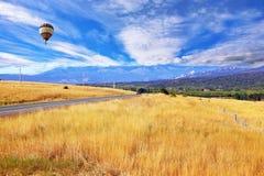 Sul campo del pallone colorato multi vola Fotografie Stock