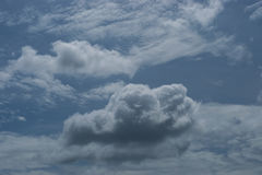Sul cielo luminoso di giorno, Fotografia Stock Libera da Diritti