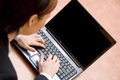 Sul computer portatile Fotografie Stock Libere da Diritti