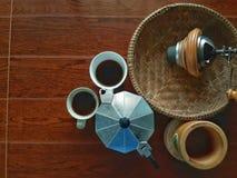 Sul creatore superiore di caffè espresso e del caffè nella mattina Immagine Stock