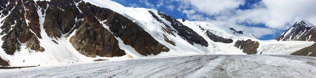 Sul ghiacciaio di Aktru fotografie stock