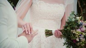 Sul giorno delle nozze una sposa mette un anello dorato su un dito dello sposo Primo piano che scambia le fedi nuziali archivi video