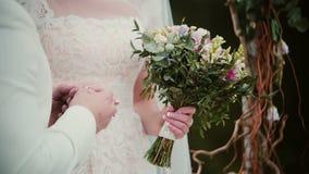 Sul giorno delle nozze uno sposo mette un anello dorato su un dito della sposa Primo piano che scambia le fedi nuziali archivi video
