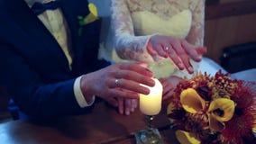 Sul giorno delle nozze uno sposo mette una fede nuziale sul dito di una sposa La sposa mette un anello sul dito di uno sposo video d archivio