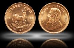 Sul - Krugerrand africano fundo do inclina??o da moeda do lingote de ouro de 1 on?a imagem de stock