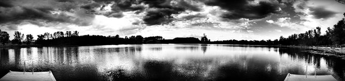 Sul lago Sguardo artistico in bianco e nero Immagini Stock