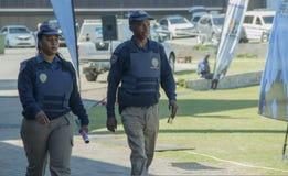 Sul masculino e fêmea - oficiais de polícia de trânsito africanos que vestem vestes protetoras Fotos de Stock