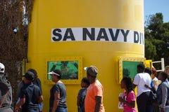 Sul - mergulhador africano da marinha em um tanque durante uma exposição pública Fotos de Stock Royalty Free
