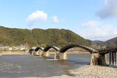 Sul modo al ponte iconico di Kintai fatto di legno Sopra la t immagini stock