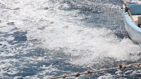 Sul modo attraverso il mare blu profondo con una barca minuscola archivi video