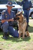 Sul - oficial africano do serviço policial com o cão K-9 Imagens de Stock Royalty Free
