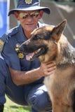 Sul - oficial africano do serviço policial com o cão K-9 Fotos de Stock