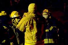 Sul - os sapadores-bombeiros africanos no depósito completo alinham na noite Foto de Stock
