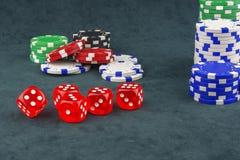 Sul panno verde sono i chip del casinò e taglia per il gioco del poker Immagine Stock Libera da Diritti