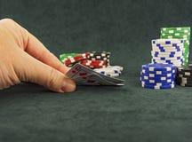 Sul panno verde sono i chip del casinò e taglia per il gioco del poker Fotografie Stock