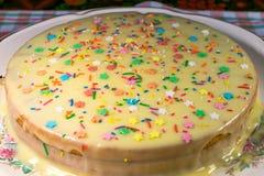 Sul piatto del pan di Spagna Il dolce ha piovigginato in crema Fatto con le vostre proprie mani Per regalo-dare per la festa Deco Fotografia Stock Libera da Diritti