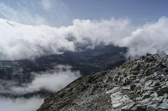 Sul picco di montagna Immagine Stock