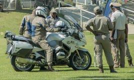 Sul - polícia de trânsito africana, algumas em velomotor Imagens de Stock