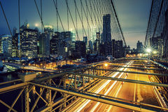 Sul ponte di Brooklyn alla notte fotografia stock libera da diritti
