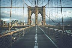 Sul ponte di Brooklyn famoso di mattina Immagini Stock Libere da Diritti