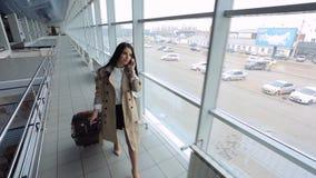 Sul punto di vista di giovane femmina che scende il corridoio dell'aeroporto archivi video