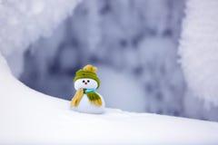 Sul pupazzo di neve solo della neve strutturata lanuginosa bianca Fotografia Stock