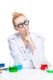 Sul ritratto bianco del fondo di un laboratorio pazzo pensieroso Immagini Stock