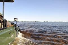 Sul safari con un 4x4 Landrover nel Okavango-delta inonda fotografie stock libere da diritti