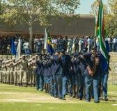 Sul - serviços policiais africanos na parada que entra na arena Foto de Stock