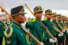 Sul - soldados africanos da força de defesa na parada imagem de stock