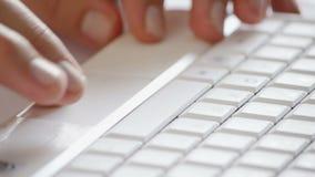 Sul touchpad del computer portatile video d archivio