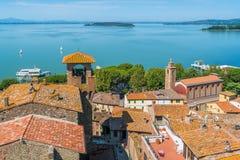Sul Trasimeno, pueblo idílico de Passignano que pasa por alto el lago Trasimeno Umbría, Italia fotografía de archivo