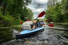 Sula de rivière transportant kayaking par radeau editoal Photographie stock libre de droits