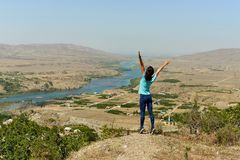Sulak-Fluss in Dagestan und im Dorf entlang dem Fluss lizenzfreie stockfotografie