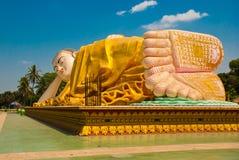 Sular av foten Mya Tha Lyaung Reclining Buddha Bago Myanma burma Arkivfoton