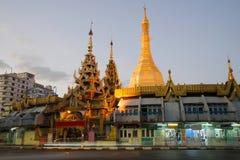 Sule塔在晚上微明下 缅甸 库存照片